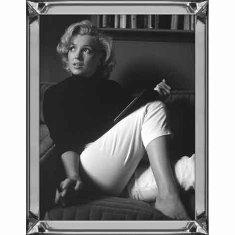 marylin monroe relaxing at home